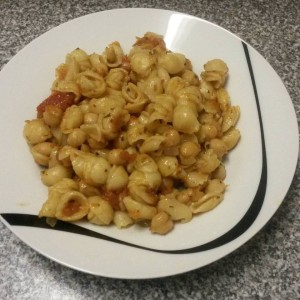 chickpea, tomato, onion and garlic with small pasta shells
